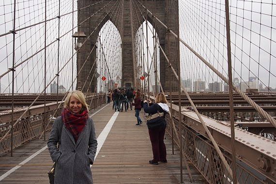 Christina touristisch unterwegs auf der Brooklyn Bridge.